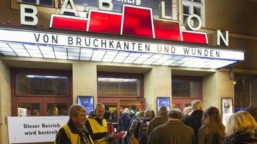 Die Streikenden vor dem Kino Babylon verteilen vor der Veranstaltung mit Außenminister Steinmeier Tarifinfos an die Gäste