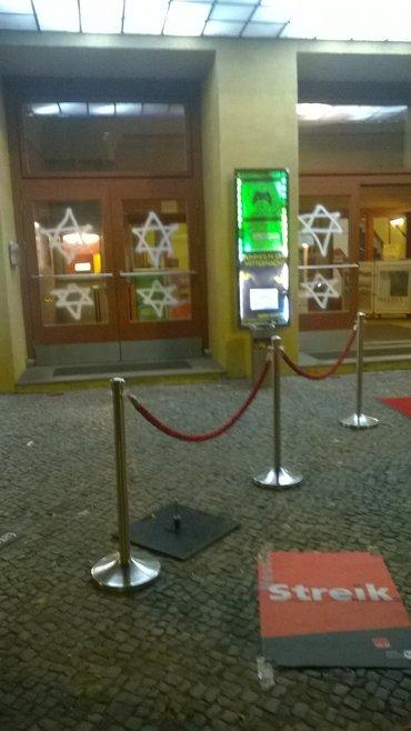 Geschäftsführer des Babylon Berlin bemalt Fenster des Kinos mit Davidsternen und hängt Plakat auf, das an nationalsozialistische Praktiken erinnert