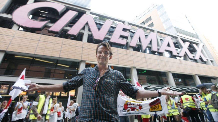 Streikende Mitarbeiter vor dem Cinemaxx in der Tarifrunde 2012