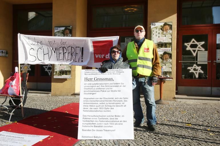 Streik vor dem Kino Babylon gegen die Aktion des Geschäftsführers Grossman, der aufgefordert wird, seine Schmiereien zu entfernen