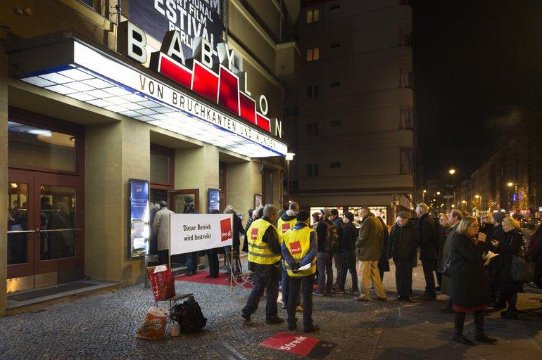 Streikende Beschäftigte des Kino Babylon vor der Veranstaltung mit Außenminister Steinmeier