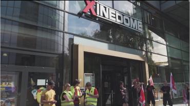 Die Beschäftigten des Xinedome Ulm streiken vor dem Kino für Tarifbindung und bessere Bezahlung