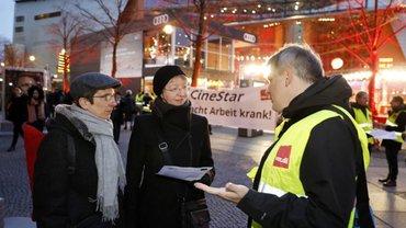 ver.di-Protest vor dem Berlinale-Palast: Passanten und Festival-Besucher erhielten Informationen.