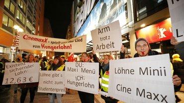 Etwa 90 überwiegend junge Kino-Beschäftigte aus ganz Deutschland waren dem ver.di-Aufruf gefolgt, um am 8. Februar 2019 zur Berlinale für existenzsichernde Löhne zu demonstrieren