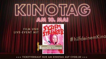 """Filmplakat von """"Systemsprenger"""" vor einem weinroten Bühnenvorhang"""